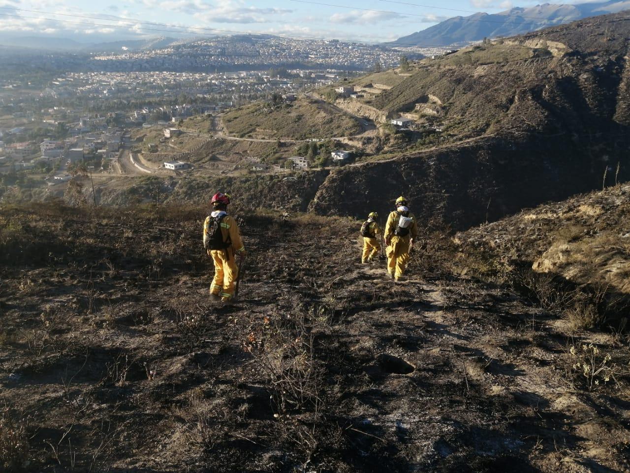 Apoyo del Cuerpo de Bomberos Rumiñahui en incendio del Cerro Casitagua