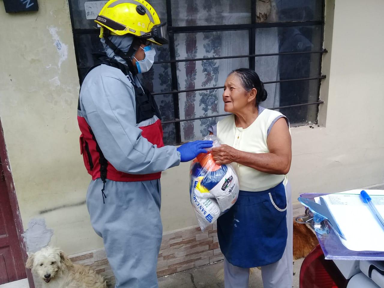 Entrega de Kits alimenticios por parte de Bomberos Rumiñahui.
